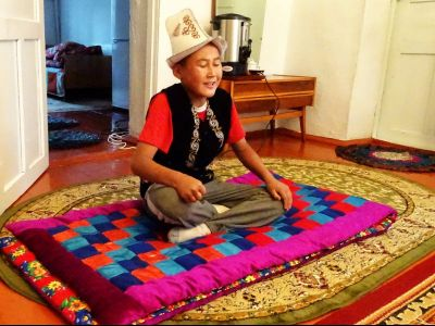 jeune chanteur chants traditionnels Khirghiz